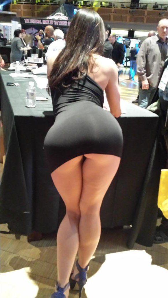Красивые большие попки под коротким платьем
